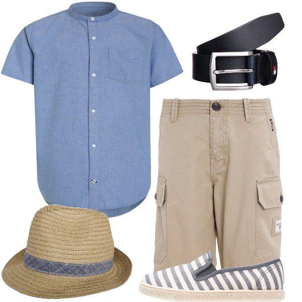Outfit da bambino, composto da camicia celeste con collo alla coreana e maniche corte abbinata ad un pantaloncino beige in cotone e ad un paio di slip-on a righe grigie e bianche in tessuto. Per gli accessori ho scelto: cintura blu in pelle e cappello khaki con fascia in jeans.
