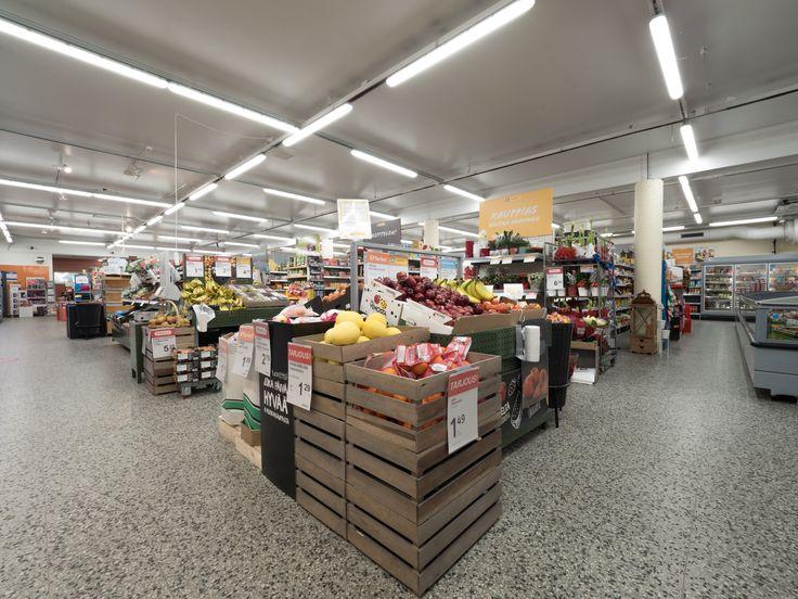 Efficient food store lighting in K-Market Muoniontori - Well-planned LED-lighting is important when highlighting products. K-Market Muoniontorin tehokas valaistus - hyvin suunniteltu LED-valaistus on tärkeää, kun halutaan tuoda tuotteet näyttävästi esille.