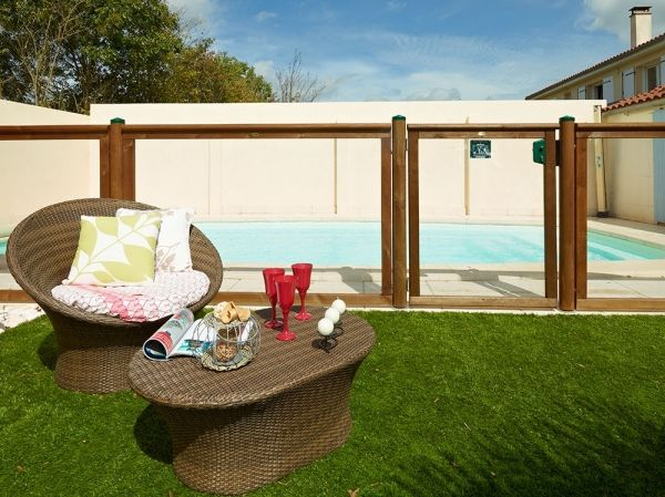 La barrière en bois et pmma pour piscine offre la sécurité en toute discrétion, barrières sécurité conforme NF P 90-306