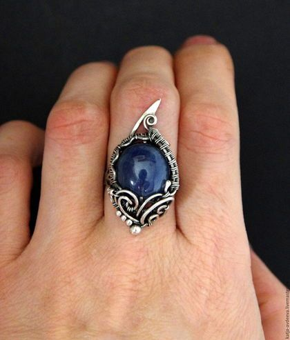 Купить или заказать Серебряное кольцо с сапфиром в интернет-магазине на Ярмарке Мастеров. 100% ПОВТОРА С АНАЛОГИЧНЫМИ КАМНЯМИ НЕ БУДЕТ Кольцо с крупным синим сапфиром выполнено полностью из серебра 925 пробы. Звездчатый сапфир – талисман веры, надежды и любви, придающий человеку мудрость в достижении намеченной цели. Женщинам рекомендуется носить брошь или кулон с этим камнем на шее или груди для усиления привлекательности. Мужчинам звездчатый сапфир в качестве перстня нужно носить на…
