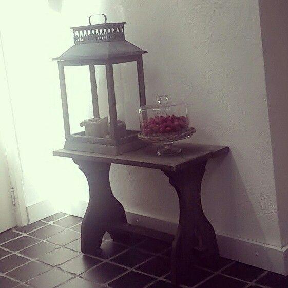 Oud bankje met lantaarn en stolp met (nep)kersen. Mooi contrast van rood tussen neutrale tinten. Met Hart en Hout Interieurstyling. #cherry #candles #oldwood #fleamarket #vintage #kitchen