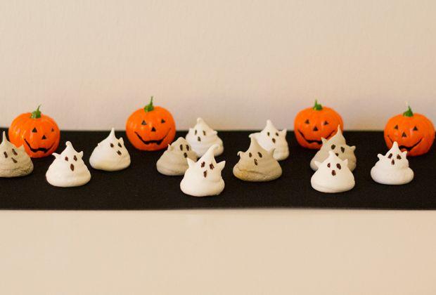 Vi fald over disse små fine spøgelser for ca. et år siden, og nu hvor Halloween er lige rundt om hjørnet, var det endelig tid til, at vi skulle lave dem. De er lavet af marengs og er overraskende nemme at lave. Marengs tager jo hovedsagligt lang tid fordi de skal have så lang tid …