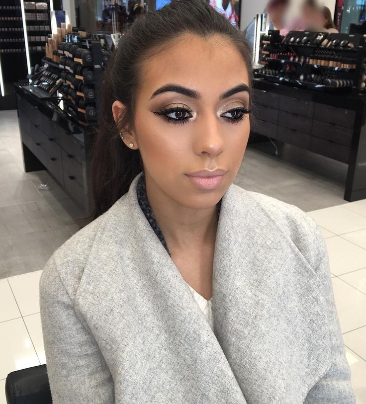 This gorgeous girl ❤️ sultry bronze look! Wood winked on the lid, saddle and cork in the crease, twinks and embark on the corners! And we double stacked lacked! 2's and 7's lashes stacked on top! Lips are oak liner, Fleshpot lipstick , delight creamshean. All Mac products!