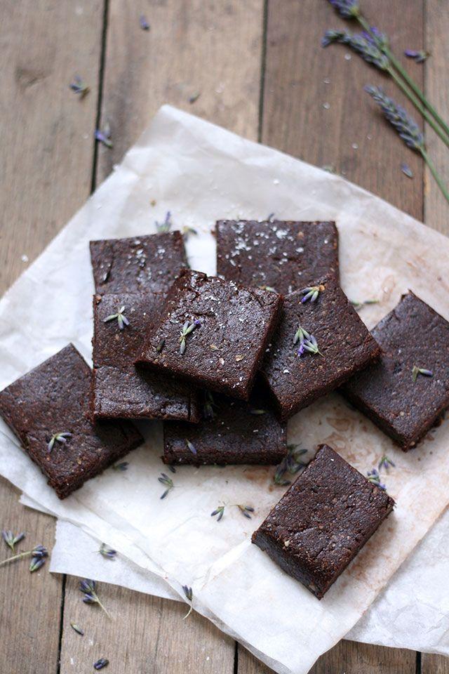 Deze rauwe cacao brownies met lavendel zijn helemaal vegan en detox proof. Ze zijn gemaakt van dadels, pecannoten en kokos. Neem dus gerust een tweede stuk.