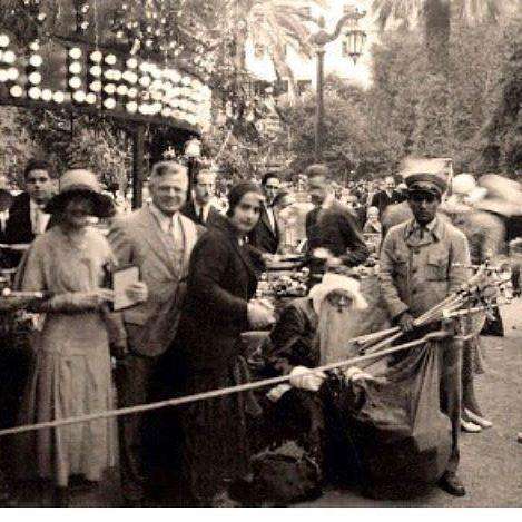 """Viejo Pascuero en 1930. Hace 86 años uno de los primeros Viejos Pascueros en Chile repartía juguetes para los niños pobres en plena Plaza de Armas de Santiago.    Foto Archivo Chilectra  en su libro """"Luces de Modernidad"""""""