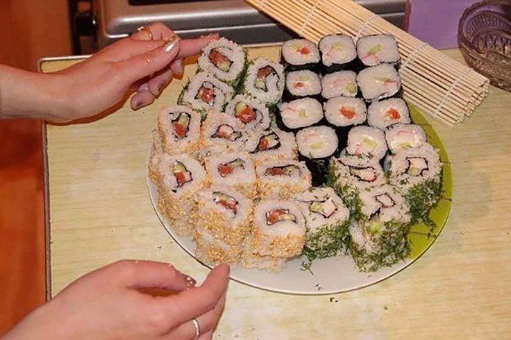 """""""Sushi"""" este o delicatesă japoneză pe care o puteți prepara foarte simplu acasă din ingrediente accesibile și potrivite pentru dvs.Pentru prepararea rolelor veți avea nevoie de covoraș de bambus pentru sushi, foi de alge nori, orez pentru sushi și umplutura preferată. Sushi de casă sunt delicioase, foarte consistente și cel mai important că sunt mult …"""