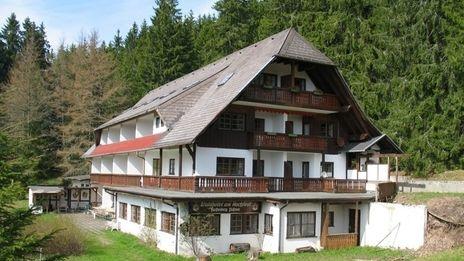 Seminarhaus Waldhotel Saig | das Waldhotel wurde auf dem Kern eines alten Schwarzwälder Bauernhauses erbaut. So wurde die unnachahmliche Athmosphäre bewahrt, die vielen aus dem Hauff´schen Märchen ´Das kalte Herz´bekannt ist, mit moderner - wenn auch schlichter - Annehmlichkeit gepaart.
