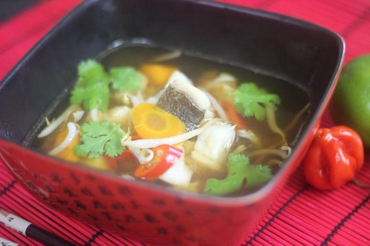 Jak zrobić Zupę Miso z Halibutem - Typowa Japońska zupa na bazie bulionu dashi oraz pasty miso. W tym przypadku przygotowana z kawałkami halibuta, marchewki, papryczek chili oraz kiełek fasoli mung, Zobacz nasz przepis Video:)