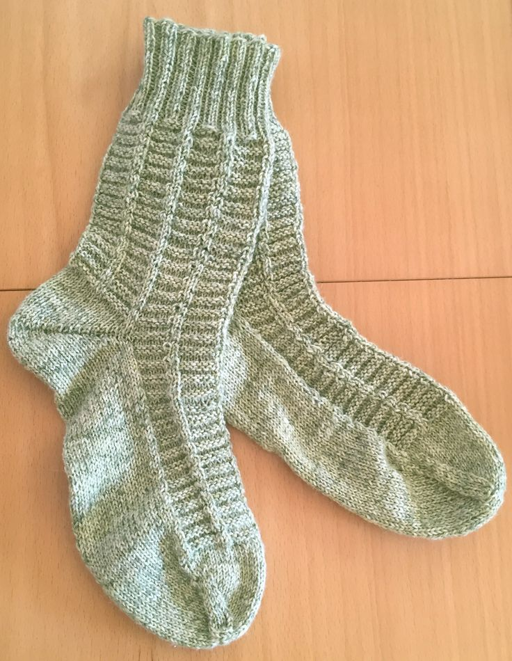 Diese Socken stricken sich ganz flink, das Muster hat man schnell intus und muss nicht auf die Strickschrift schauen. Das Muster ist sowohl für Damen als auch für Herren geeignet. Material: 100g So…