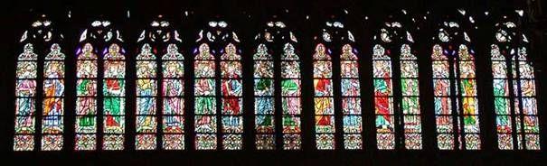 Bij 'Hoofdstuk 5. Vakmanschap is meesterschap - Kunst in de kerk'. Glas-in-lood is een van de vormen van gotische beeldende kunst in de late middeleeuwen: schitterende voorstellingen in de kerkramen. Maar de voorstellingen dienden niet alleen om het Bijbelverhaal af te beelden, het glas-in-lood-licht gaf ook een mystieke ervaring. God, hoewel onzichtbaar, is aanwezig in het licht dat als de zon door de ramen schijnt.