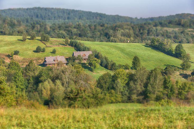 Siedlisko Maciejewka to dwie drewniane chaty o pięknych wnętrzach położone na ponad 7ha terenie w Bieszczadach otoczonym przez przepiękne lasy oraz wzgórza.