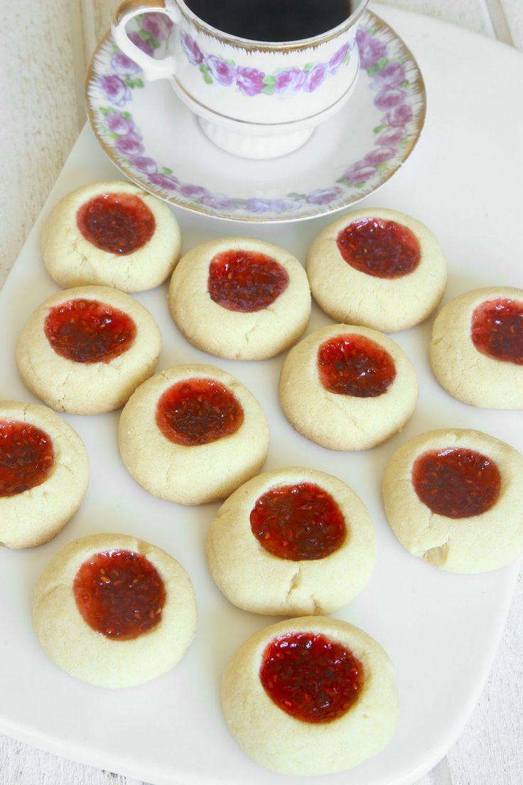 Spröda mördegskakor fyllda med härlig hallonsylt! Lätt att baka och omåttligt populära!