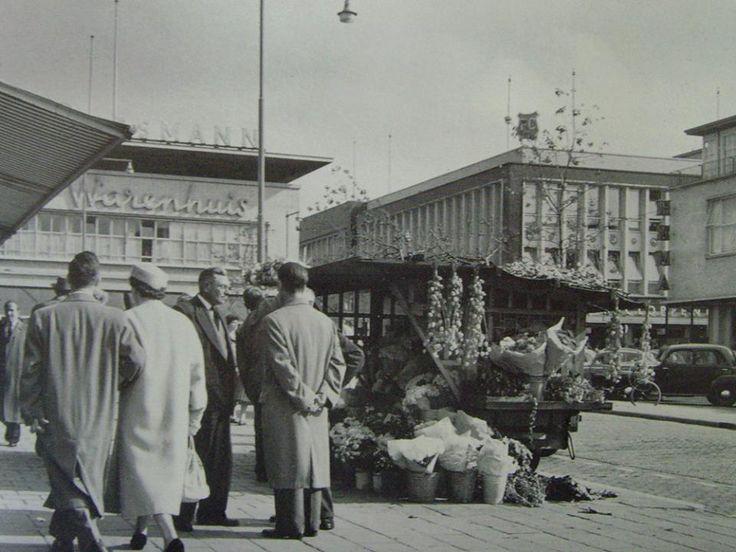 Rotterdam - Beursplein, richting Hoogstraat met links het winkelpand van Vroom & Dreesmann. Uiterst rechts nog net een stukje van de Hema te zien.