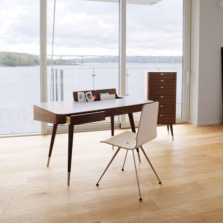 AK 1330 är ett välgjort skrivbord med högsta tänkbara finish formgivet av Nissen och Gehl för danska Naver. Detta skrivbord har ett klassiskt formspråk och en rad smarta lösningar som kabelgenomföring, förvaringsfack och lådor.AK 1330 är tillverkat av massivt trä och rostfritt stål. Toppskivan är gjord avCorian® som med sin extra slitstyrka skyddar skrivbordet från repor, fläckar och dylikt. Corian®med sin elfenbenslika yta är ett vackert material som består av naturliga mineraler…