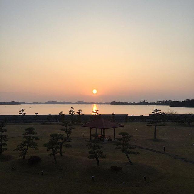 【palace_matsushima】さんのInstagramをピンしています。 《おはようございます。日の出‼️駄目かと思っていたら、結構いけてる(^。^)V #パレス松洲 #宮城 #仙台 #松島 #日本 #日本三景 #富士山 #空 #雲 #海 #鳥 #松 #庭園 #東屋 #クラフト #クラブ #チームラボ #散歩 #ランニング #ライトアップ #東北 #朝食 #バイキング #お風呂 #船 #牡蠣 #海鮮》