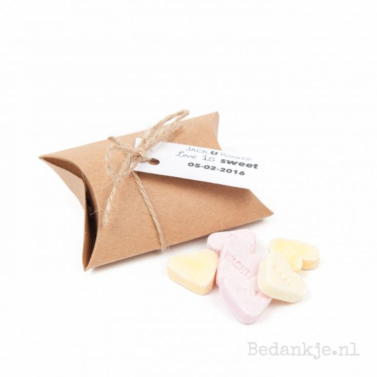 """Een leuk kraft kleurig doosje gevuld met hartjes. Dit leuke bedankje word gepersonaliseerd met een wit label met daarop """" love is sweet"""" jullie namen en natuurlijk trouwdatum."""
