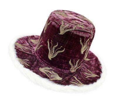 Courtesy of The Royal Armoury. // Arvfurstehatt av pupurröd sammet. Tillhörde Karl X Gustav av Sverige. // Hat of purple velvet. Belonged to Karl X Gustav of Sweden.