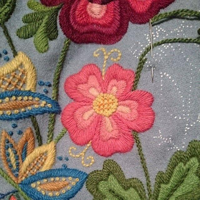 Wool embroidery by Elna Carr. Påsöm. Yllebroderi.