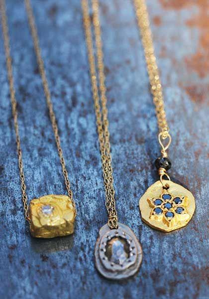 Petites médailles d'or pur ou 22 carats et pierres fines sur cordon ou chaîne en or de la créatrice Esther Assouline pour l'atelier des bijoux créateurs.