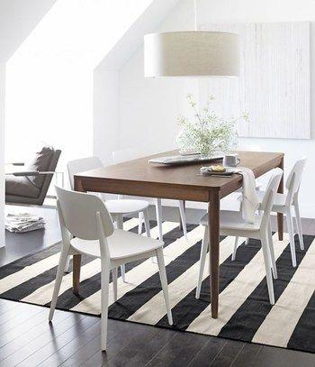 こちらは大胆な白と黒のボーダー柄。 シンプルなお部屋には、 これくらい大胆な柄をプラスすると、 メリハリのある空間になりますね。