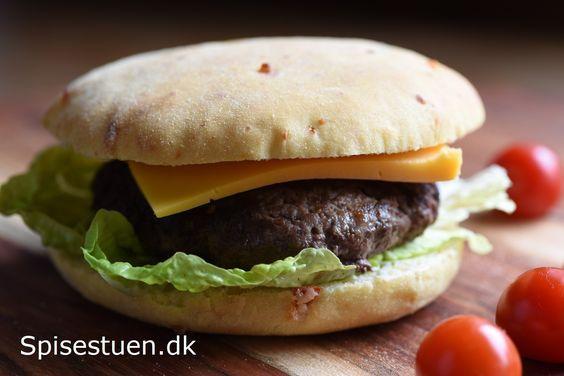 Jeg har en opskrift på Store bløde burgerboller her på bloggen, og det er den, jeg har taget udgangspunkt i. Jeg har blot halveret den, og udskiftet 150 gram hvedemel med majsmel. Jeg har tilsat fi…