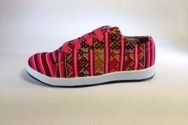 Mooie handgemaakte roze sneakers uit Peru.  Deze sneakers zijn in een beperkte oplage gemaakt voor Pachamama!  Een heerlijk zittende schoen helemaal volgens de trends van 2014.  Elk paar is uniek, bestel snel!  Tot en met maat 43 leverbaar.  Uit Cusco, Peru.