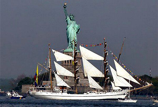 The ARC Gloria, navega frente a la estatua de la libertad en New York