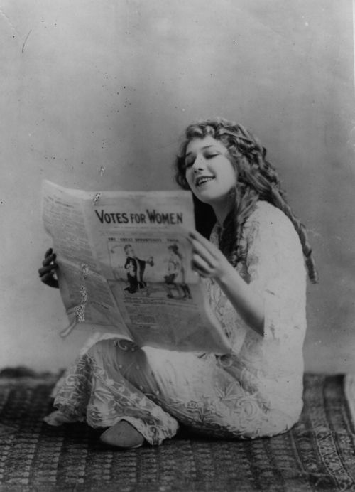 1916:Mary Pickford becomes the first female film starto sign a million dollar contact.