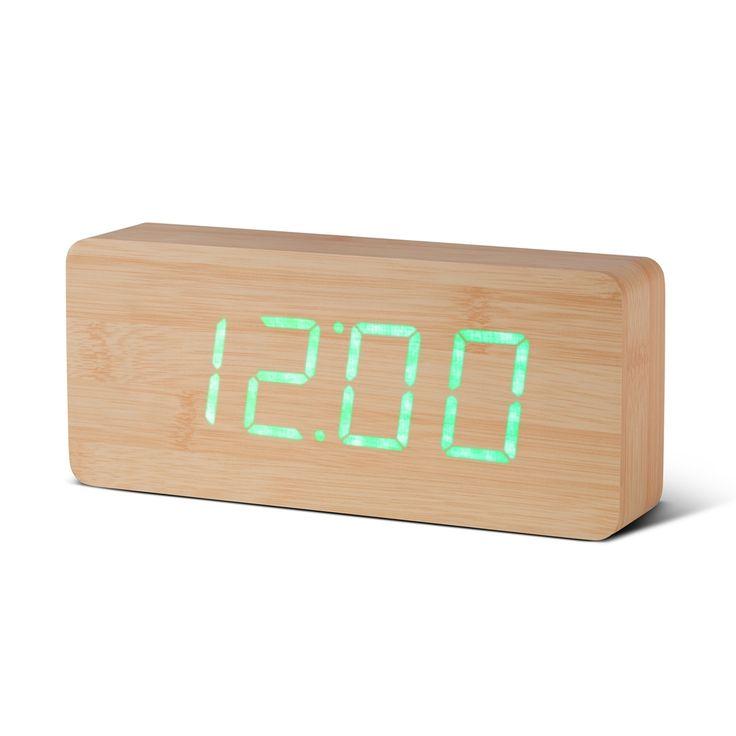 Design, technologique et écologique!    Avec son look minimaliste très tendance, cette horloge SLAB va beaucoup vous plaire !   Elle affiche alternativement l'heure, la date et la température grâce à ses LED intégrées dans le bois. Choisissez un affichage permanent ou, si vous préférez, un affichage qui se déclenche au bruit : un simple claquement de doigt suffit pour faire apparaitre les chiffres ! Ils disparaîtront automatiquement une fois le silence revenu. Dotée d'une fonction ré...