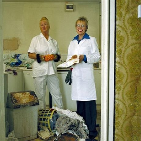 Dynamické duo Kim Woodburn a Aggie MacKenzie vyzbrojeny párem gumových rukavic...