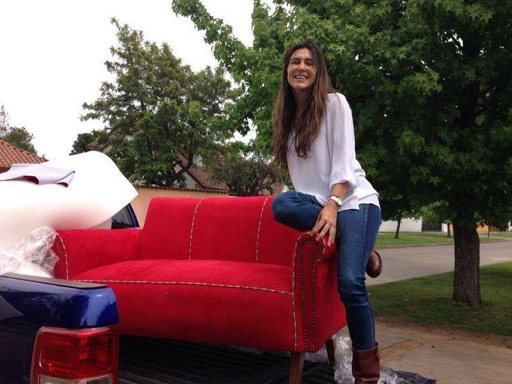 Comenzamos el traslado de nuestros muebles!!  Sofá doble tapizado en rojo con condón de colores