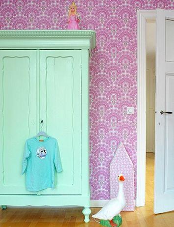 В детских комнатах мятный стоит комбинировать с персиковым, абрикосовым, бирюзовым, нежно-сиреневым, светло-голубым. В комнате девочки будет уместен розово-мятный «коктейль». Подходит мятный цвет и для комнаты младенца.