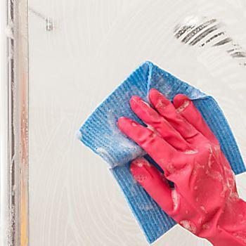 Le pulizie di casa sono sempre un lavoro poco piacevole, ma con piccoli accorgimenti potrete pulire ogni cosa in modo veloce ed efficace, ecco come pulire il box doccia in 4 semplici mosse.