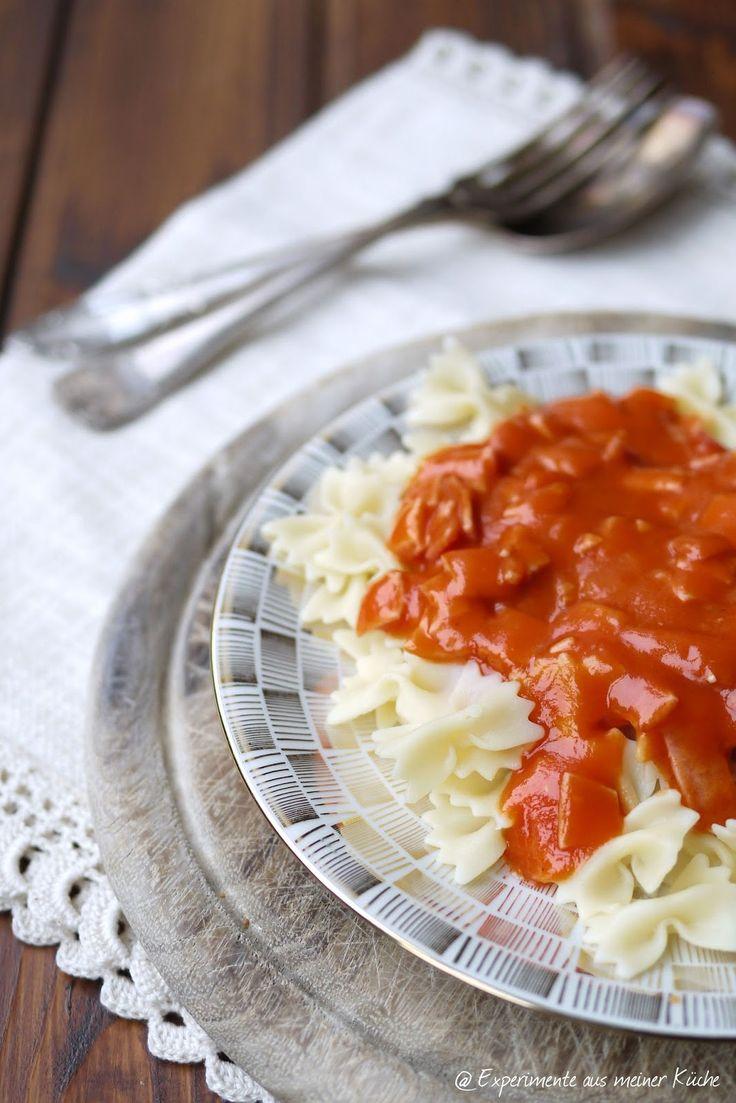 DDR - Nudeln mit Tomatensauce, wie früher mit Zwiebeln und Jagdwurst bzw. ich kenne es mit reingeschnibbelter Wienern