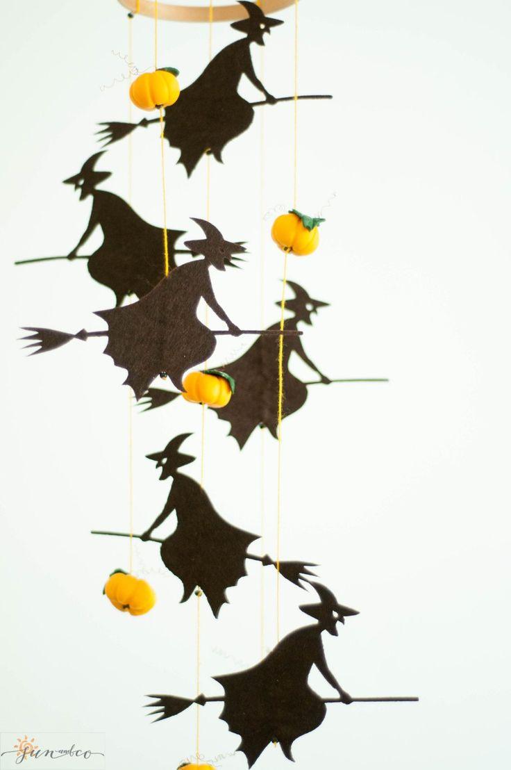 Halloween heks mobile - is een perfect Decor van de partij van de Halloween, pompoen decoratie en uitstekende Happy Halloween-feest cadeau!  ♡ Deze mobiele was made-to-order, maar je bent absoluut welkom om hetzelfde in uw favoriete kleuren. ♡, heksen kunnen ook hout gesneden.  < details > ★withes zijn gemaakt van Koreaanse eco voelde. Berken houten ring is voorzien van een hand-gebeeldhouwd polymeer klei pompoen.  ★ Grootte: hoogte-40 cm / 15,7 inch, Ring diameter-12 cm / 4,7 inch…