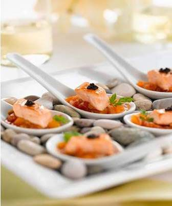 This idea rocks!! :) Chinese spoons on rocks for sushi, very clever! Sushi on the rocks!! Don't like sushi? This idea would work with hundreds of different foods!