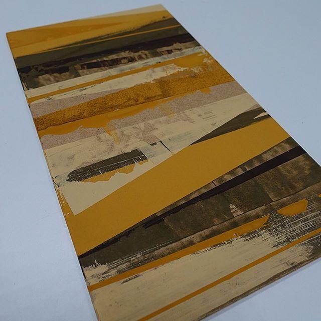 Abstract in aardkleuren. Het begin van een nieuwe serie abstracte schilderijen. Hiervoor heb ik aardkleuren als oker en omber gebruikt. De verf is op basis van caseine, een eiwit uit melk. Het schilderij is hiermee wel vegetarisch, niet veganistisch. Fijn om in de nieuwe werkruimte te kunnen werken. #angeliquevandervalk #art #abstractart #painting #earthcolors #ochre #umber #casein #eco #hardboard #vegetarian #autumn #artwork