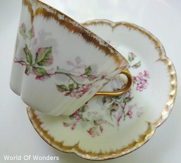本日は、フランス製アビランドリモージュティーカップ&ソーサー(クローバーシェイプ)のご紹介です。。。初めてご紹介する形です。。。↓カップの底部はクローバーシェイプ。。。ヴァンクリフ&アーぺルのアルハンブラみたいですね(笑)。。。美しい花の絵柄には手作業で施されたエナメル加工が。。。立体感が出てとてもきれいです。。。ソーサーも写真では分かりにくいかもしれませんが、少し縁の部分が立ち上がった形状です。。。日本茶なども合いそうな雰囲気のセットです。。。大きめのカップなので、朝のカフェオレなども良さそうですね!しっとりと落ち着いた美しい絵柄です。。。製造は1893年製造、とても洗練されたデザインだと思います。。。しっかりと梱包して安全第一でお手元までお届け致しますね!!この機会に、レアシェイプのアンティークリモージュの...フランス製アビランドリモージュティーカップ&ソーサー(クローバーシェイプ)