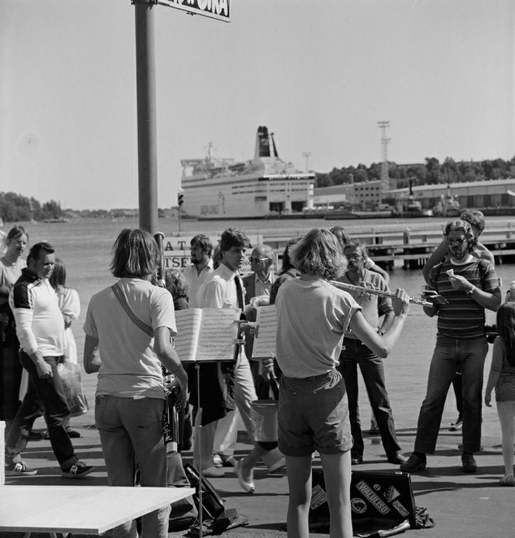 Katusoittajia kuulijoineen kesäisellä Kauppatorilla 1983. Kuva: Helsingin kaupunginmuseo/Volker von Bonin
