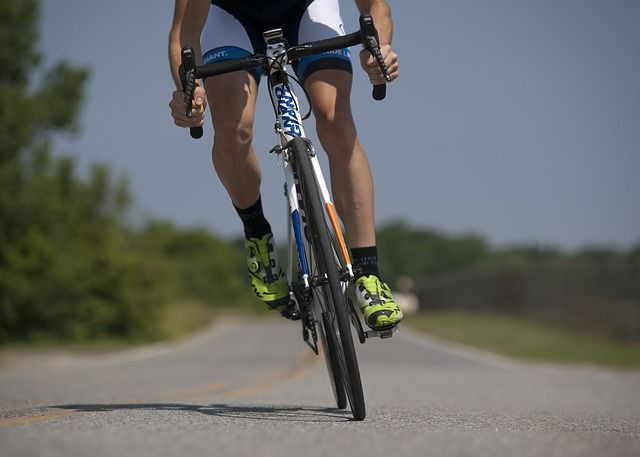 10 important tips to help cyclists ride safely. #cycling