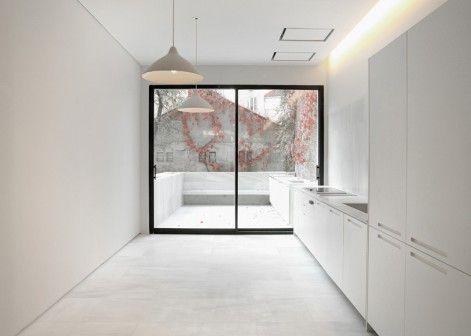 Powierzchnie z marmuru i drewna rozciągają się w przestrzeniach odnowionego mieszkania autorstwa architektów z Schneider Colao. Lokal znajduje się w XIX wiecznym budynku w Madrycie. http://sztuka-wnetrza.pl/1587/artykul/aranzacja-wnetrza-mieszkania-w-madrycie