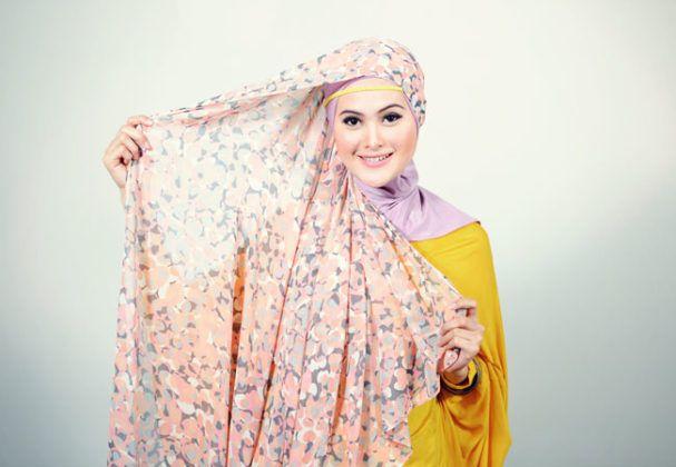 Cara Memakai Hijab Pashmina Sifon Motif Bunga