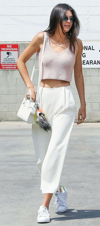Kendall Jenner usa calça social com cropped top