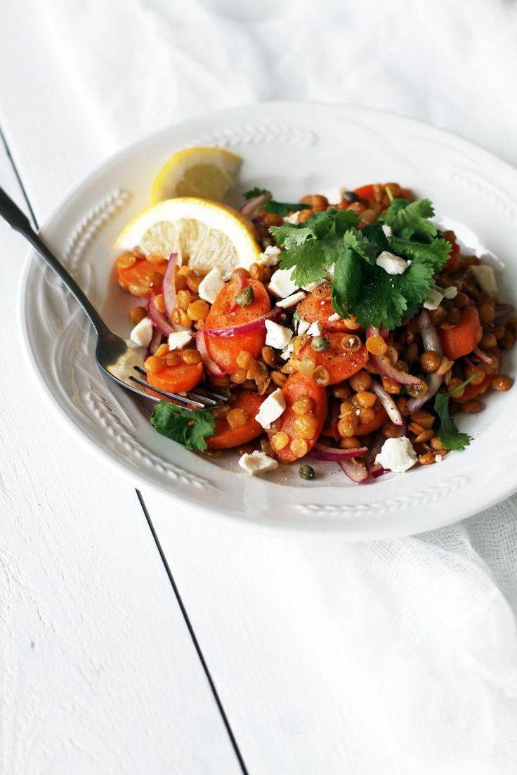Porkkana-linssisalaatti | Tarvitsetko pikaruokaa? Terveellinen ja ruokaisa salaatti syntyy linsseistä ja porkkanassa vajaassa vartissa. Sekoita joukkoon sitruunaa, kapriksia ja suolaisen juuston muruja. Nauti lautasellisesta hyvää oloa!