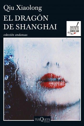 """María Reyes Borrego reseña """"El dragón de Shanghai"""", de Qiu Xiaolong. """"Nueva entrega de la serie Chen Cao que atestigua la buena forma del autor y el personaje.""""  http://www.mardetinta.com/libro/el-dragon-de-shanghai/  TUSQUETS"""