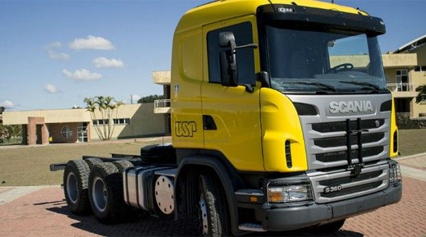 """Pesquisadores da USP de São Carlos, em parceria com a empresa sueca Scania, criaram um caminhão-robô de nove toneladas que dispensa a necessidade de um motorista. O veículo é equipado com um radar, um GPS de alta precisão e três câmeras para dar uma """"visão"""" semelhante à humana."""