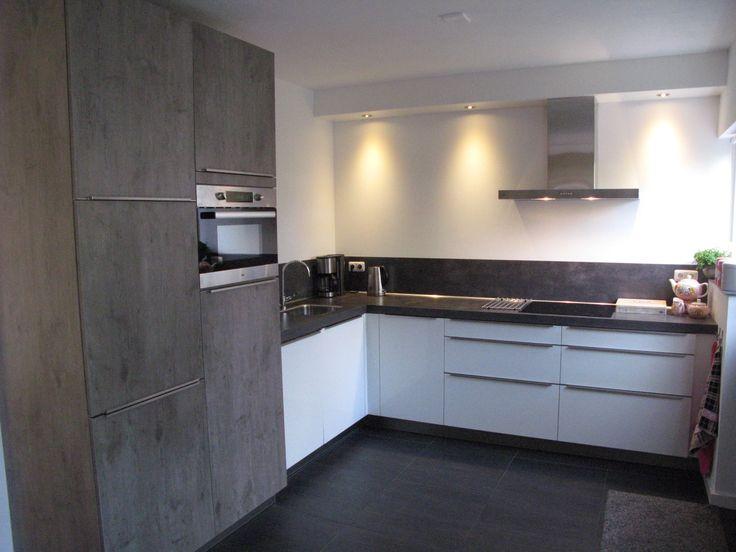 Moderne hoogglans keuken uitgevoerd in wit gecombineerd met wild eiken grijs met beton look - Witte keuken met zwart werkblad ...