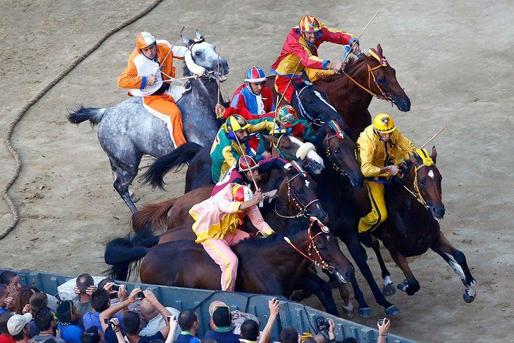 Palio del 16 agosto 2014: la mossa - Foto di Stefano Rellandini/Reuters tratta dal sito http://www.ibtimes.co.uk/ - #Siena #PalioDiSiena