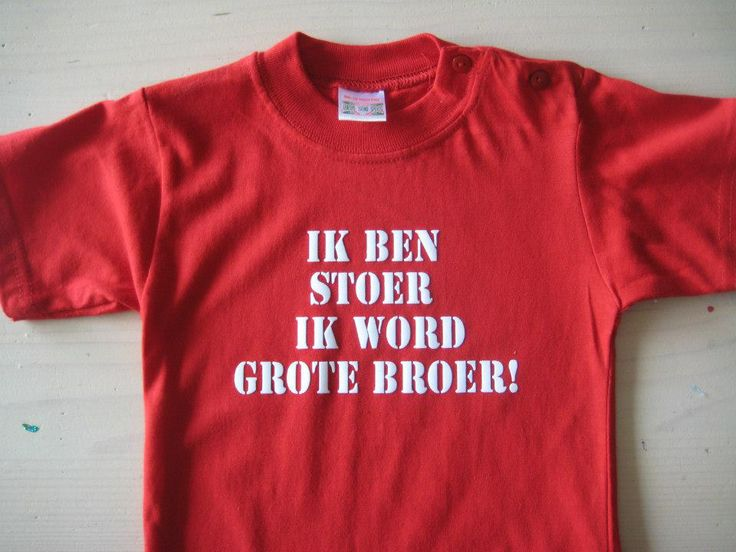 Rood t-shirt met witte tekst in flock, design by Kaatje Tomaatje/ gedrukt in eigen studio