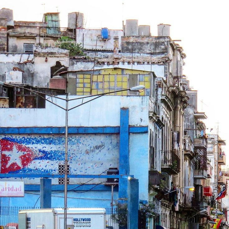 Furgón de Hollywood Trucks descansa bajo la bandera cubana durante el rodaje de Fast&Furious 8 en La Habana #havana #habana #habanavieja #cuba #film #cinema #flag #banderacubana #hollywoodtrucks #fastandfurious #fastandfurious8 #street #streetphotography #total_cuba #loves_cuba #loves_habana #ig_cuba #ig_habana #ig_streetphotography by mercecg64